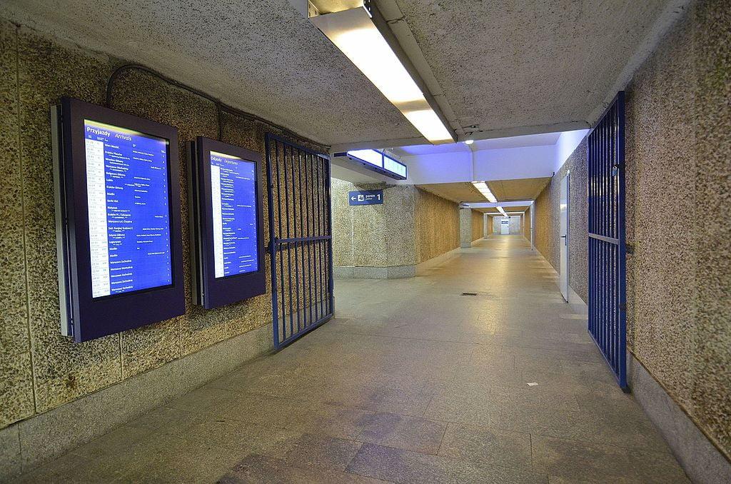 Przejście z dworca Warszawa Śródmieście na Centralny do remontu