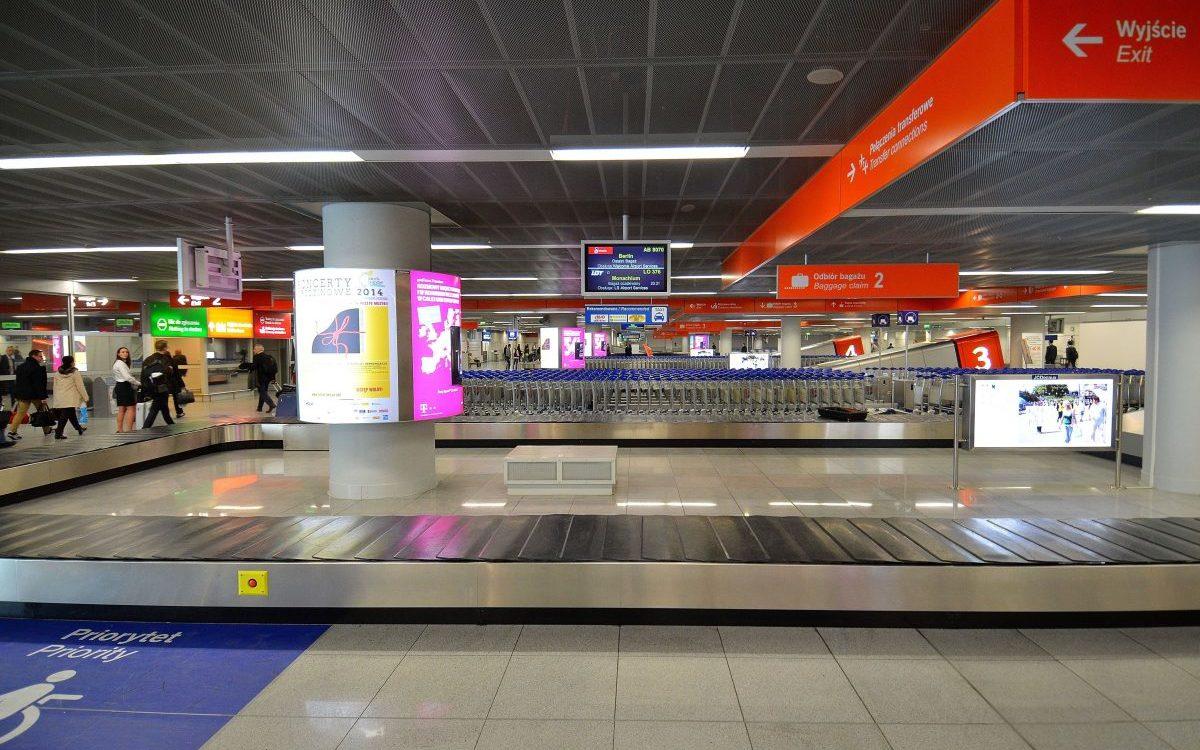Ośmiu bagażowych z warszawskiego lotniska zatrzymanych