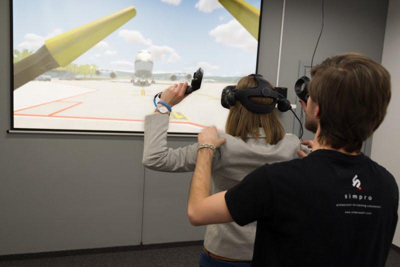 Nowoczesny symulator nauczy ustawiać samoloty na lotnisku