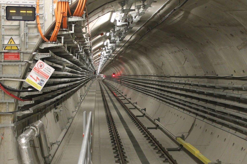 Wymiana szyn na I linii metra: dlaczego pociągi muszą zwalniać?