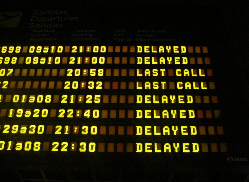 Jakie prawa przysługują pasażerom opóźnionych lub odwołanych lotów? Polacy nie wiedzą