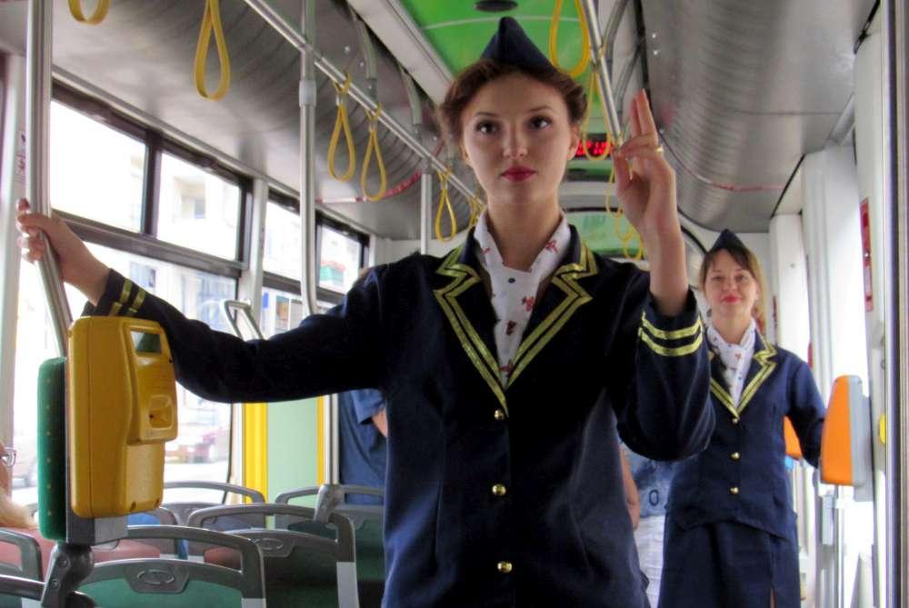 Niczym w samolocie, stewardessy w tramwaju uczyły zasad bezpieczeństwa