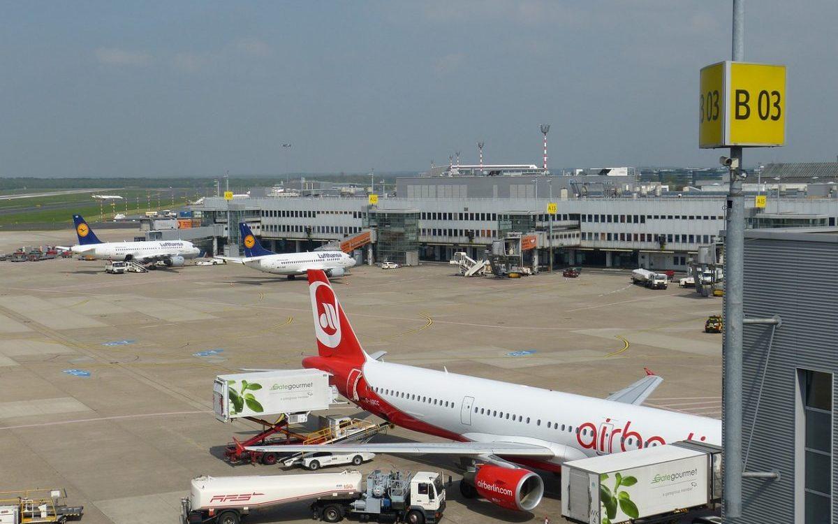 Firmy lotnicze poszukują pracowników: mechaników, pilotów i personelu pokładowego