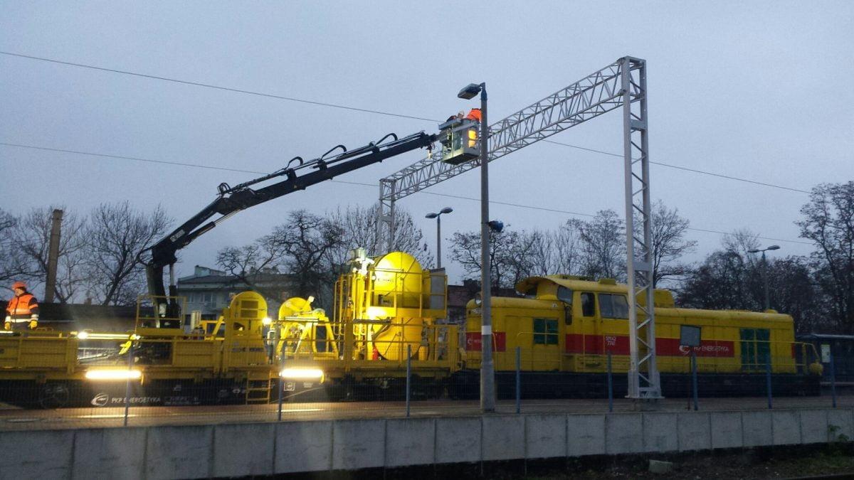 Na linii do Zgorzelca stoją już słupy trakcyjne
